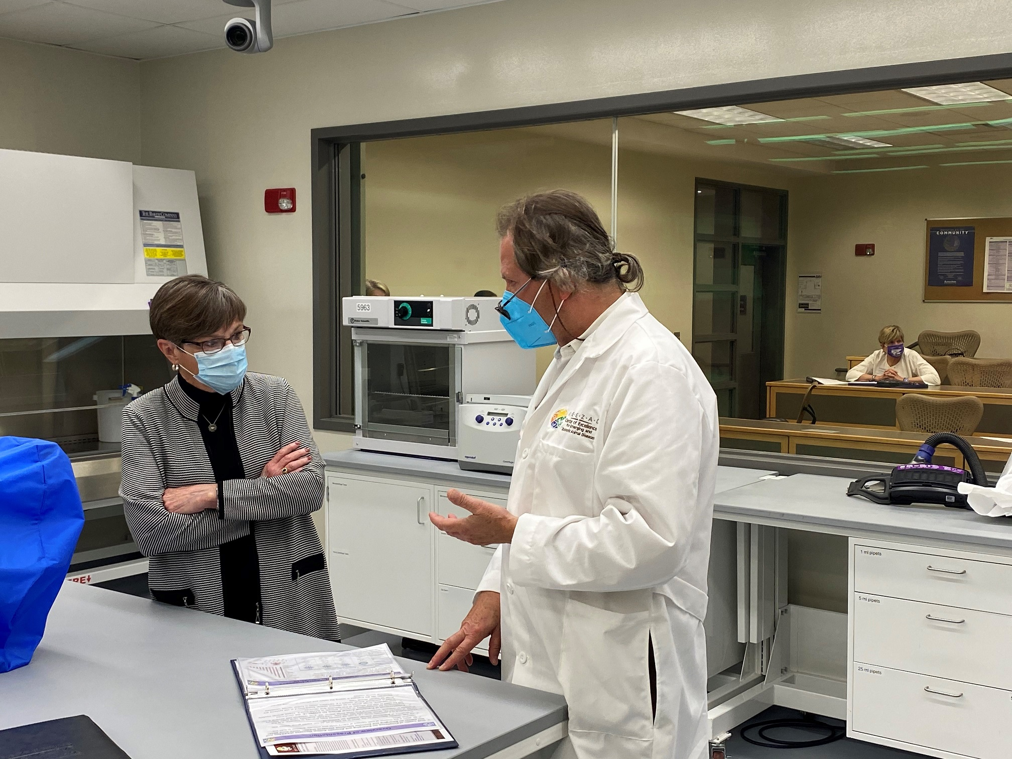 Dr. Richt discusses research with Governor Kelly at the BRI Lab.
